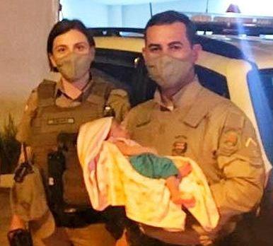 Bebê foi salvo por policiais que estavam em rondas – Foto: Polícia Militar/ND