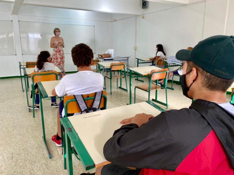 alunos em uma escola