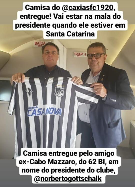 Coronel Armando publicou foto presenteando Bolsonaro com camisa do Caxias – Foto: Redes sociais/ND