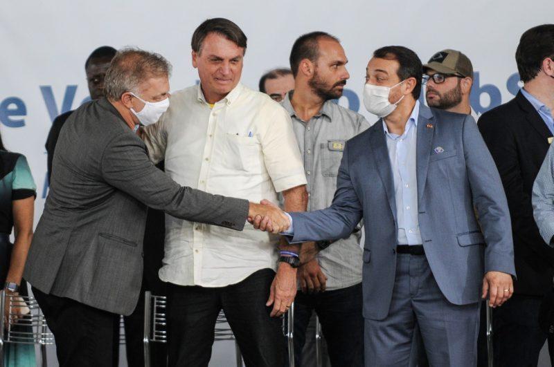 O prefeito Gean Loureiro cumprimenta o governador Carlos Moisés diante do presidente Jair Bolsonaro no evento realizado na Academia da PRF, em Florianópolis – Foto: Léo Munhoz/ND