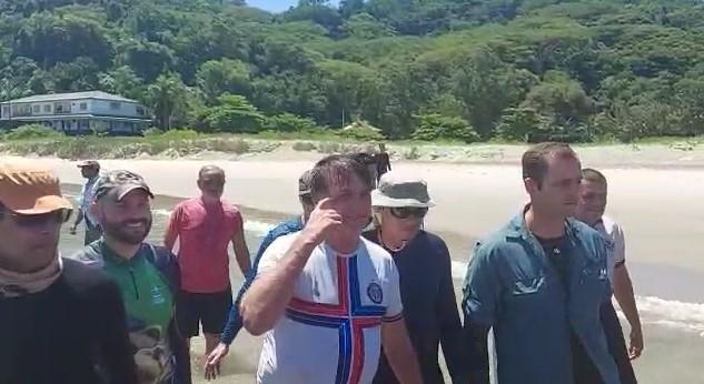 Já o presidente foi pescar em alto mar. Na volta, ele passou pela praia e cumprimentou banhistas que o aguardavam na faixa de areia – Foto: Maykon Hack/São Chico Online