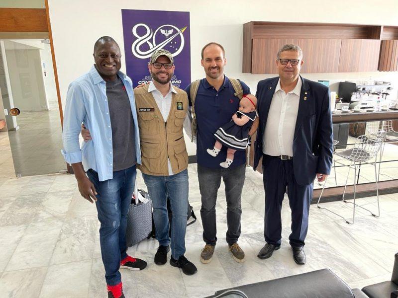 Família de Eduardo Bolsonaro também acompanha o presidente nesta viagem – Foto: Divulgação/ND