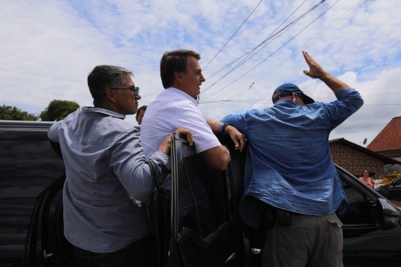 Como de praxe, Bolsonaro cumprimentou seus apoiadores, que se reuniram em vários locais por onde a família passou – Foto: Prefeitura de SFS/Divulgação
