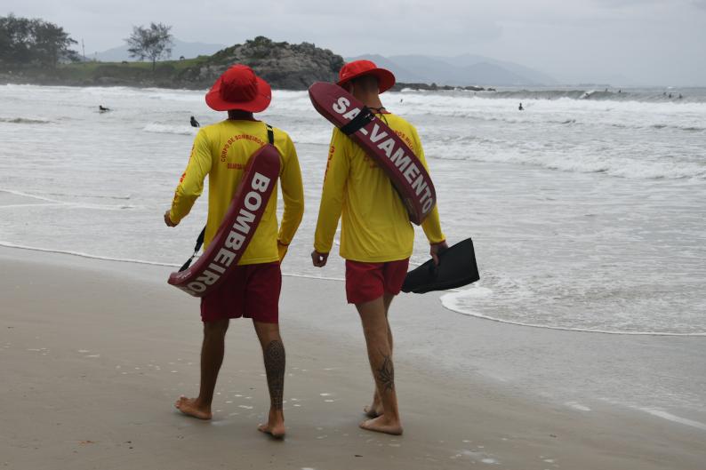Corpo de Bombeiros fez o resgate de homem em praia