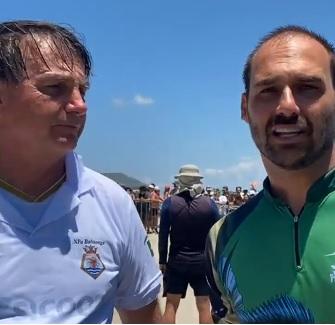 Bolsonaro e o filho Eduardo na praia