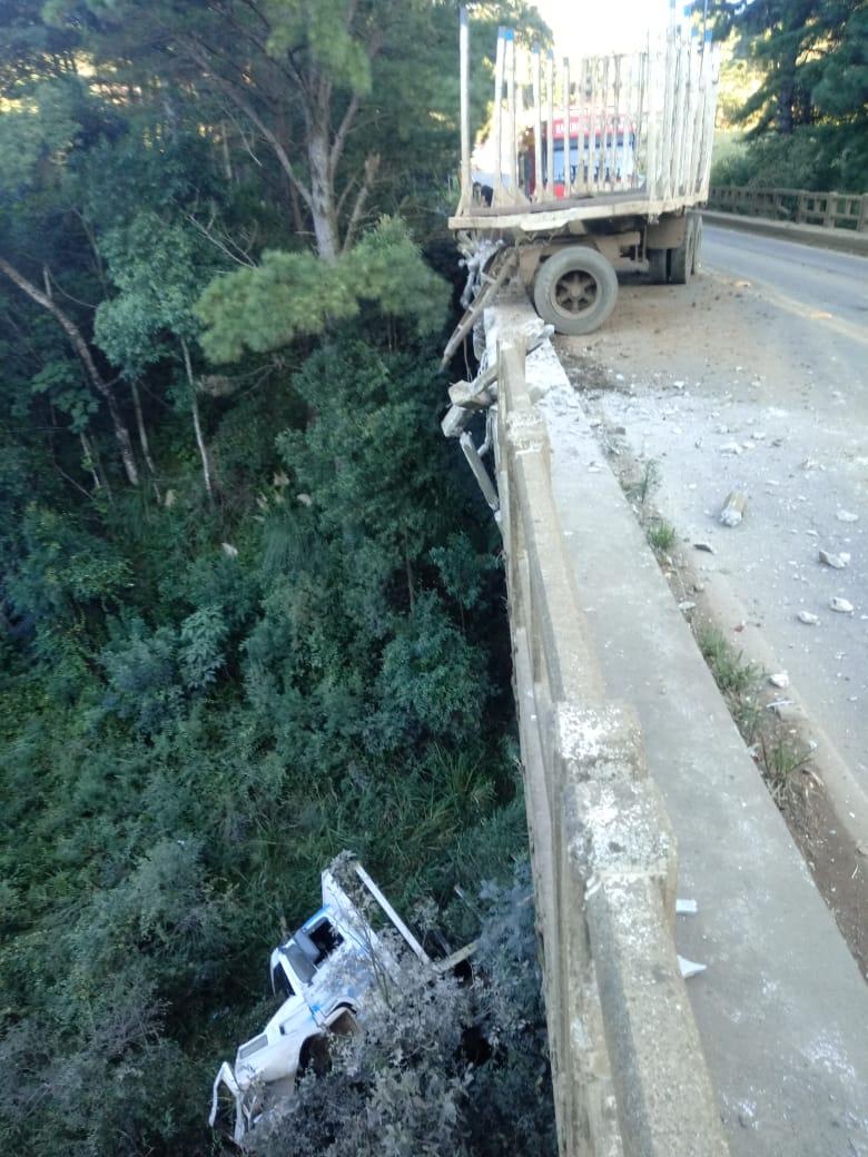 A cena impressiona após caminhão com placas de Lebon Régis despencar da ponte - Corpo de Bombeiros/Divulgação/ND