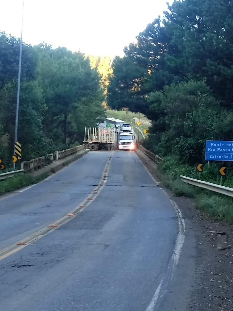 Pista ficou em meio pista após o acidente sobre a ponte da Waelly, em Santa Cecília - Corpo de Bombeiros/Divulgação/ND