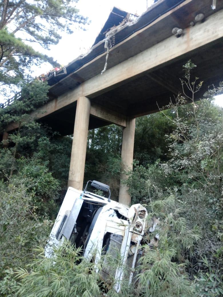 Altura em que o caminhão despencou da ponte não foi informada pelos bombeiros - Corpo de Bombeiros/Divulgação/ND