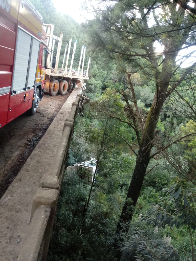 Reboque do caminhão ficou sobre meia pista na SC-350 na serra catarinense - Corpo de Bombeiros/Divulgação/ND
