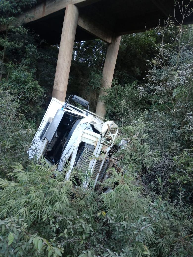 Bombeiros tiveram dificuldade de socorrer o motorista por conta da altura em que o caminhão despencou - Corpo de Bombeiros/Divulgação/ND