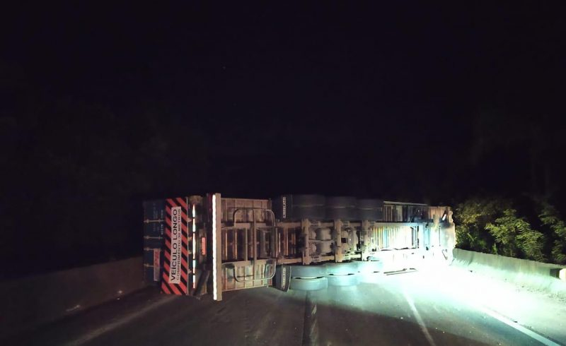 Caminhão tombou durante a madrugada na rodovia – Foto: PRF/Divulgação/ND