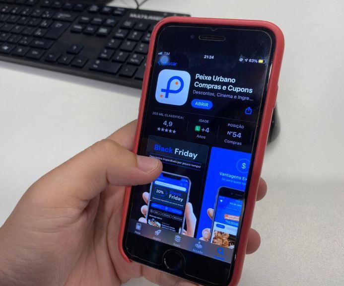 Celular mostra aplicativo do Peixe Urbano