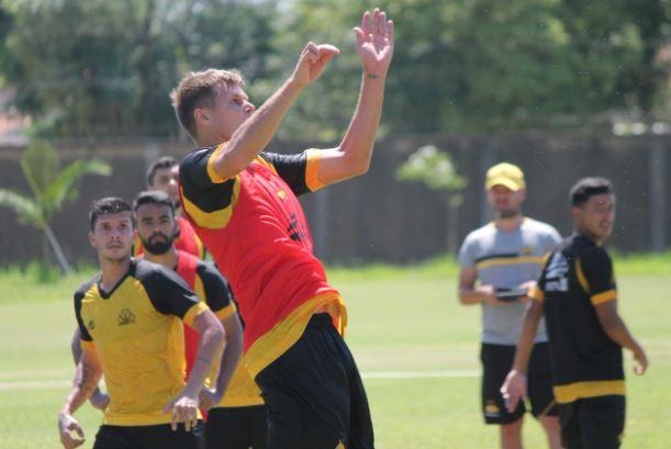 Zagueiro Alemão sobe para cabecear bola durante treino do Criciúma