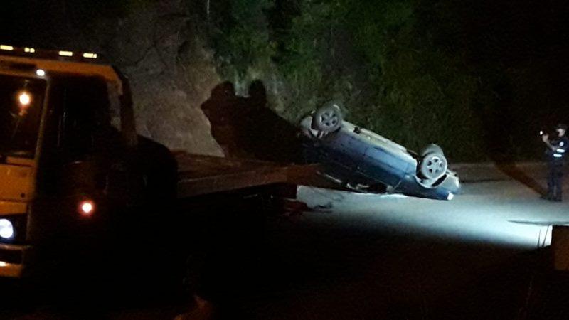 O motorista bateu na calçada e acabou capotando o carro – Foto: Wellington Civiero/Mesorregional