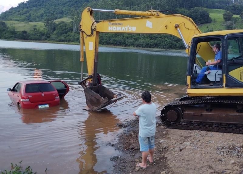 Carro desanda e vai parar no fundo do lago a uma profundidade de 5 metros – Foto: Portal Magronada/Divulgação/ND