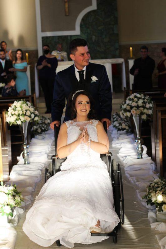 A jovem fez metade do caminho até o altar de cadeira de rodas – Foto: Kátia Luz Fotografia