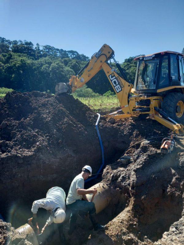Profissionais da Casan realizam manutenção em adutora de água, em Criciúma