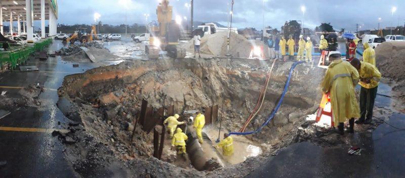 Homens trabalhando na manutenção da adutora que causou falta de água na Grande Florianópolis