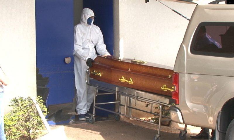 Corpos são retirados do HRO e vão direto para o cemitério – Foto: Arvito Concatto/NDTV/ND