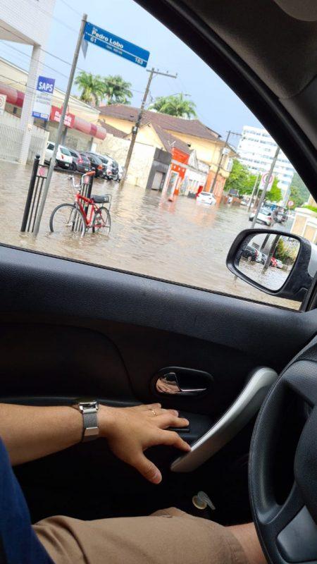 Na rua Pedro Lobo também muita água por causa da rápida, porém, forte enxurrada que caiu nesta segunda-feira à tarde em Joinville- Foto: Internet/divulgação ND