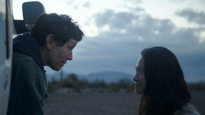 Chloé Zhao (à direita) é uma aposta como melhor diretora – Foto: Joshua James Richards