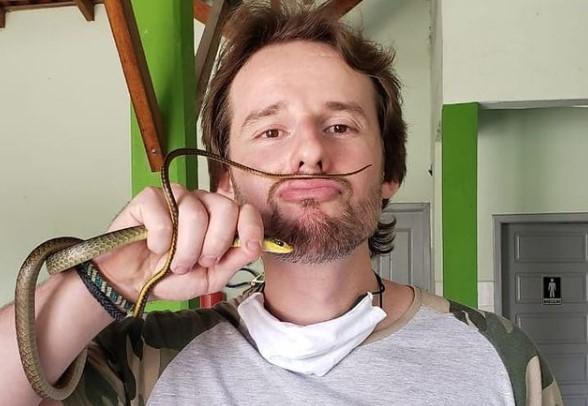 O biólogo Christian Raboch vive a rotina de resgatar cobras e outros animais silvestres – Foto: Redes sociais/ND