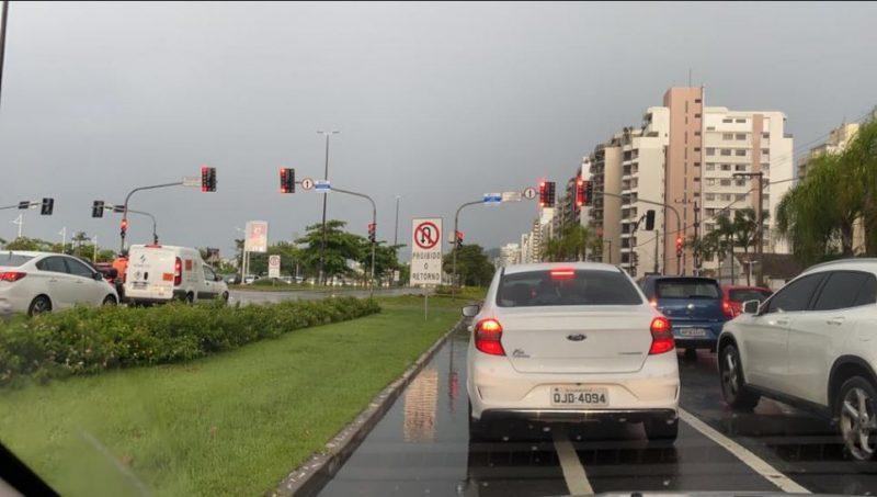 Não demorou para a chuva chegar na região da Beira-Mar Norte, na Ilha de Santa Catarina Foto: Danilo Duarte/ND