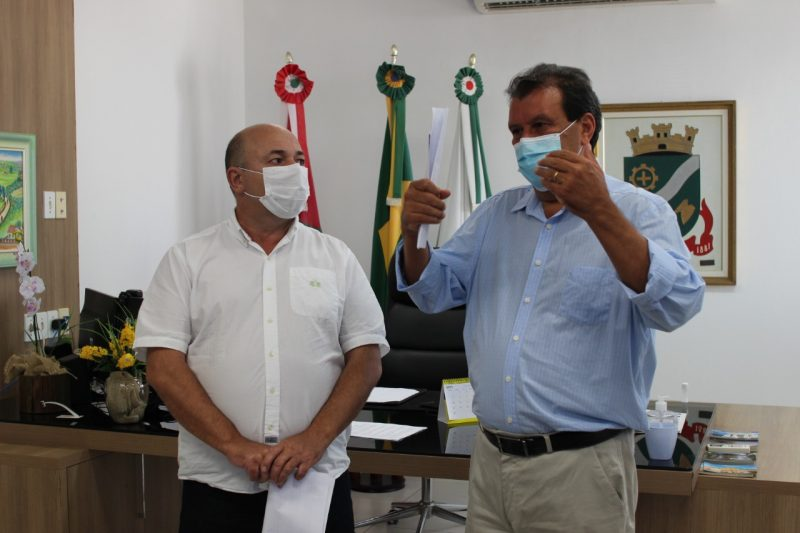 Em coletiva, prefeito e secretário de Saúde anunciaram novas medidas de enfrentamento à Covid-19 – Foto: Prefeitura de Brusque/Secom/Divulgação