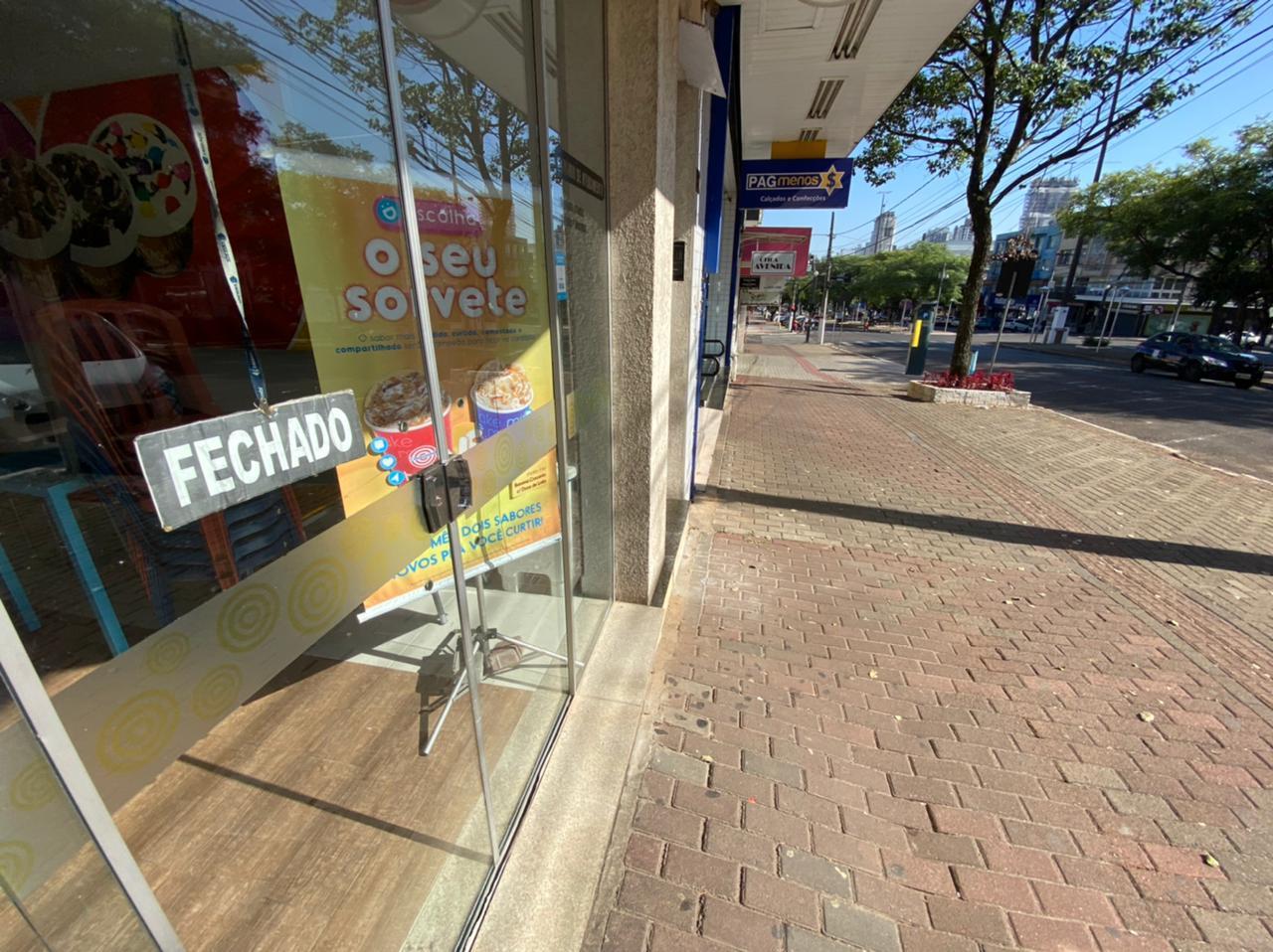 """O cenário após o """"lockdown parcial"""" era esse, ruas desertas e lojas do centro da cidade fechadas - Willian Ricardo/ND"""