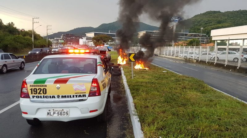 Criminosos armados tentaram obstruir a rodovia com pneus e fogo, mas recuaram quando a polícia chegou no local – Foto: Divulgação/ND