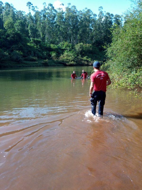 Vítima e outros quatro amigos tentavam atravessar o rio no momento do afogamento – Foto: Corpo de Bombeiros/ND