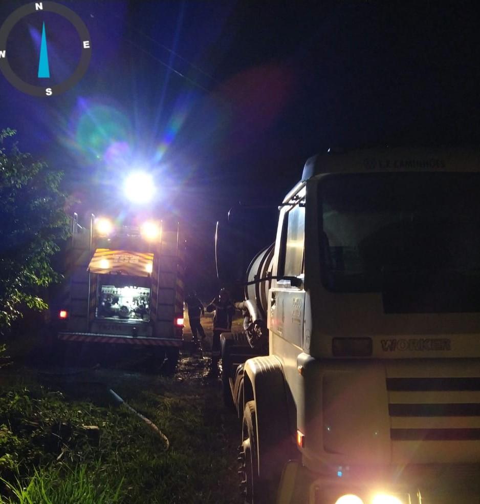 O caminhão-pipa da prefeitura foi acionado para reabastecer o caminhão dos bombeiros. - Corpo de Bombeiros/Divulgação/ND