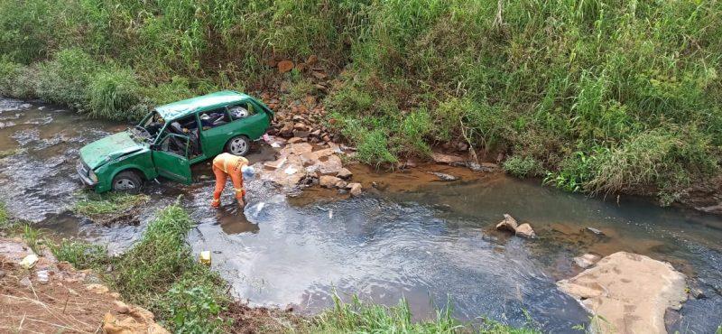 O carro caiu na ribanceira após sair da pista. – Foto: Corpo de Bombeiros/Divulgação/ND