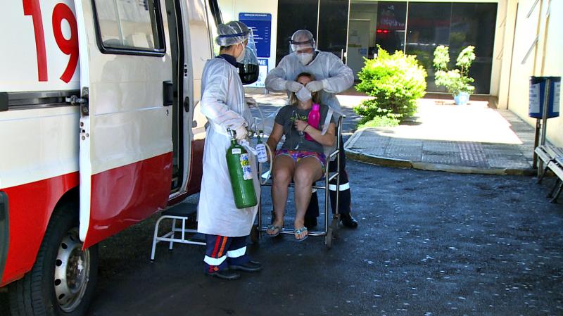 Paciente sendo atendida em frente a ambulância do Samu. Ela está com Covid-19 e está em frente ao HRO recebendo atendimento