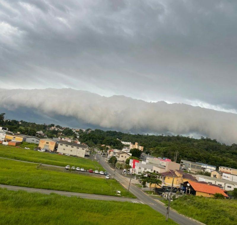 Nuvem 'shelf cloud' no Sul do Estado