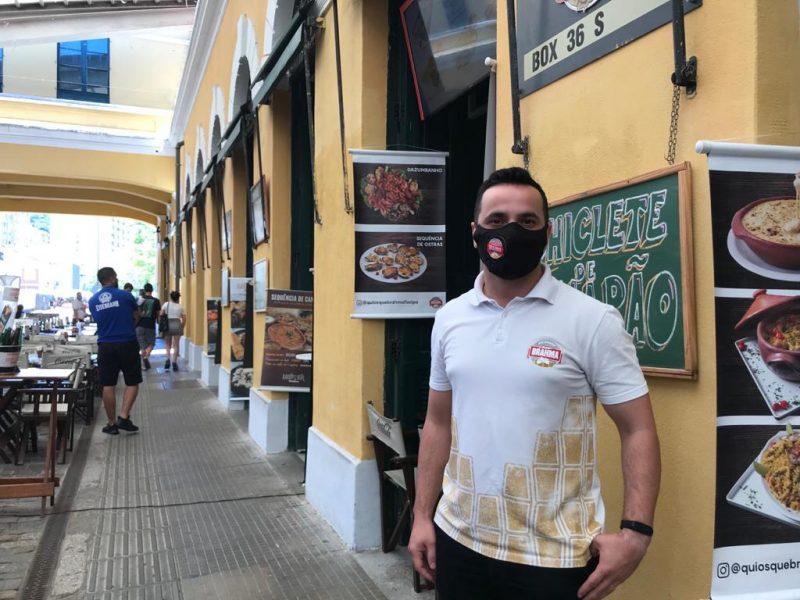 Daniel Gonzaga trabalha como gerente em um restaurante no Mercado Público – Foto: Bruna Stroisch/ND