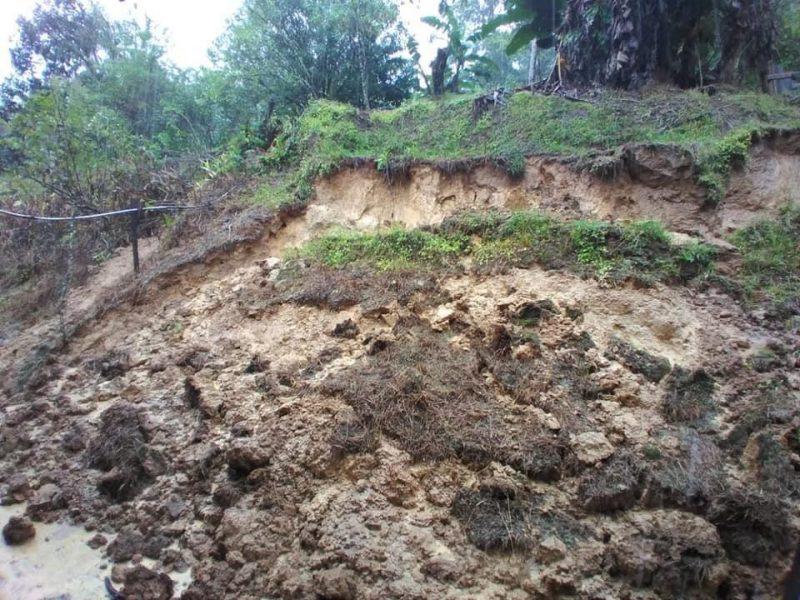 Terreno sofreu deslizamento nos fundos de uma casa na localidade do Quiriri, na zona Norte de Joinville – Foto: Arquivo pessoal/ND
