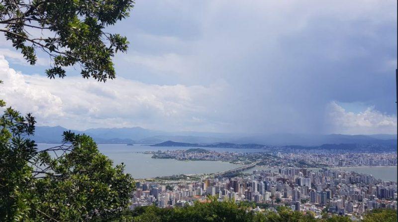 Por volta das 16h, alguns pontos da Grande Florianópolis começaram a registrar fortes pancadas de chuva – Foto: Diogo Maçaneiro/ND