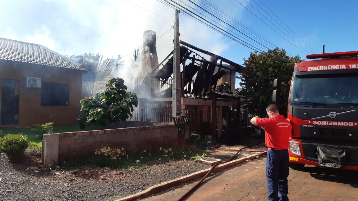 Corpo de Bombeiros atendeu a ocorrência de incêndio em casa por volta das 8h desta sexta-feira (5) - Alexandre Madoglio/NDTV