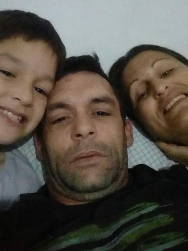 Diego Scott (centro), desaparecido desde 15 de janeiro, ao lado do filho Miguel, de oito anos, e da esposa, Alexsandra Joaquim – Foto: Arquivo pessoal/ND
