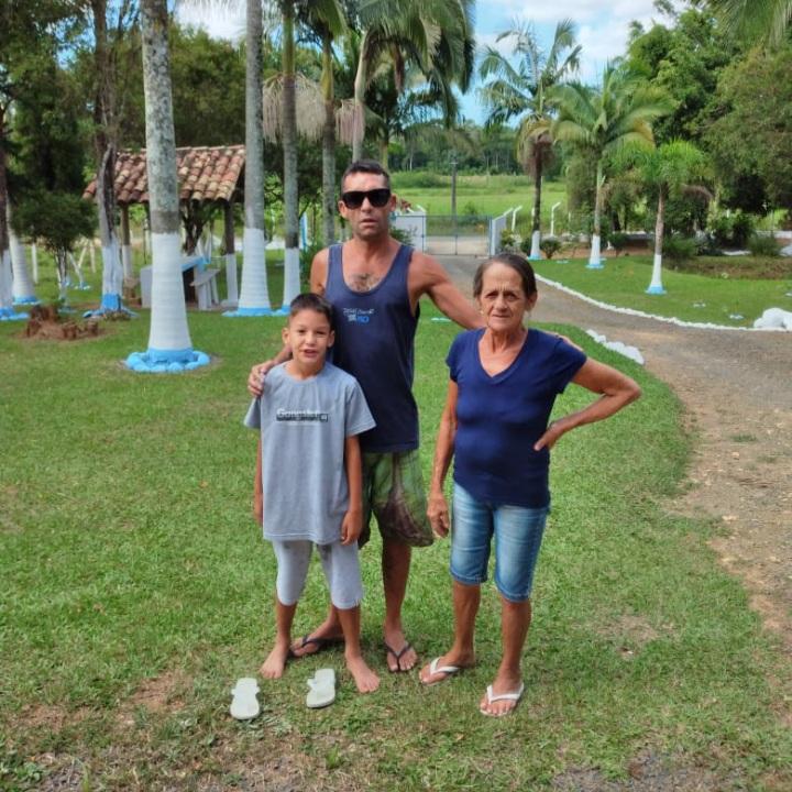 Diego Scott, desaparecido há mais de um mês em Laguna, com o filho Miguel e a mãe, D. Maria – Foto: Arquivo Pessoal/ND