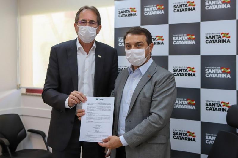 Mauro Cezar de Aguiar oficializa doação de equipamentos, com Carlos Moisés