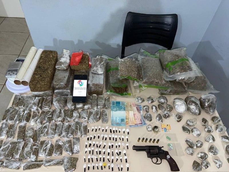 Grande quantidade de drogas, dinheiro e arma foram apreendidas pela polícia – Foto: Polícia Militar/Divulgação/ND