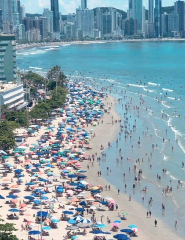 Domingo de carnaval teve movimentação na praia central de Balneário Camboriú – Foto: Reprodução Instagram/ND