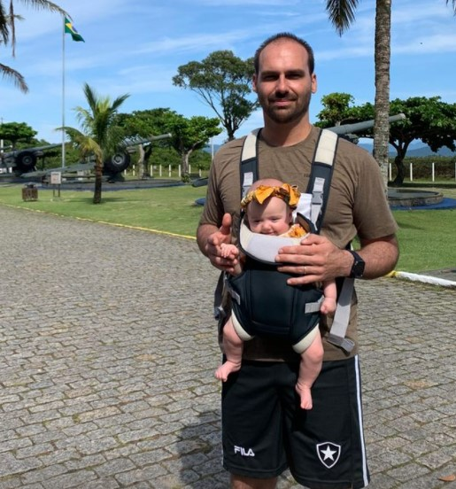 Já na manhã deste domingo, ele passeou com a filha Georgia e a companheira Heloísa. O casal elogiou as instalações do Forte Marechal Luz – Foto: Redes sociais/ND