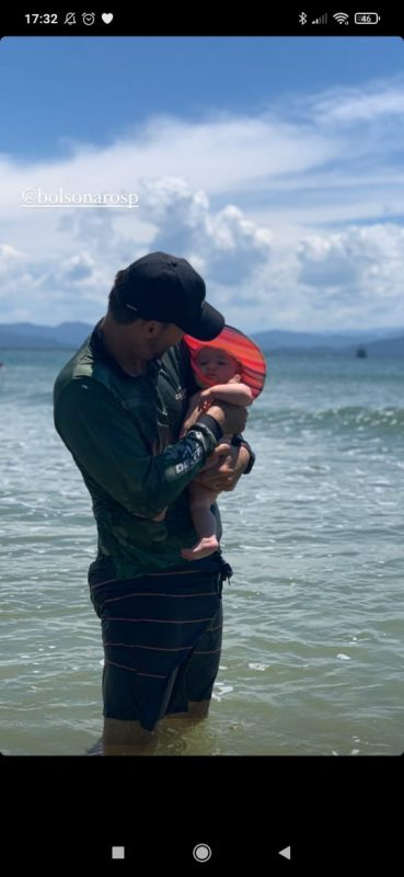 Segundo o próprio Eduardo Bolsonaro, foi a primeira vez que a filhinha Geórgia entrou no mar – Foto: Arquivo pessoal/Divulgação ND