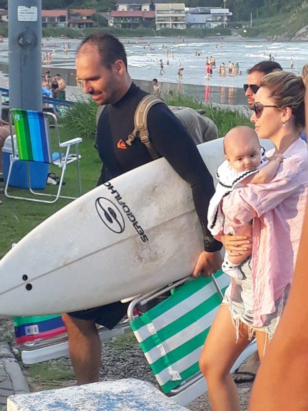 Ainda no sábado, Eduardo aproveitou o dia para surfar no mar catarinense – Foto: Redes sociais/ND