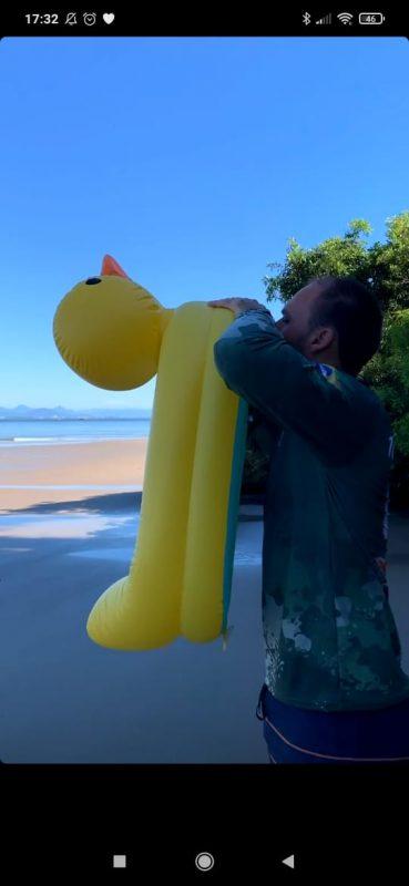 Nesta imagem, Eduardo Bolsonaro enche uma bóia para a filha na praia do Forte, lugar de águas calmas e um dos principais pontos turísticos de São Francisco do Sul – Foto: arquivo pessoal