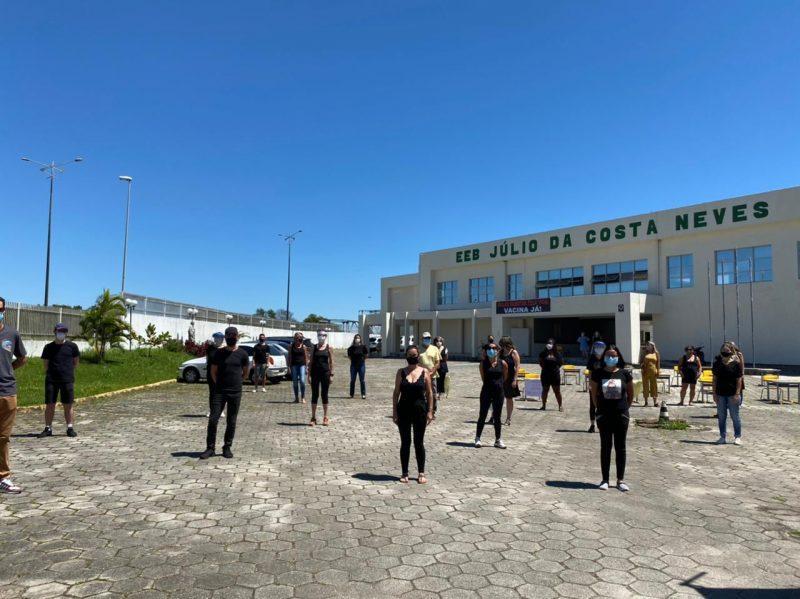 Professores se posicionam em frente a EEB Júlio da Costa Neves – Foto: Maria Fernanda Salinet/ND
