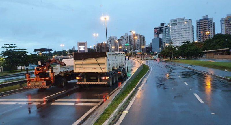 Caminhão ficou travado no elevado Dias Velho – Foto: GMF/Divulgação/ND